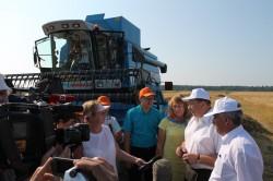 Вице-губернатор Ленинградской области Сергей Яхнюк делится с журналистами впечатлениями о тестировании зерноуборочной техники