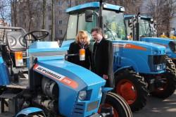 Глава города Владимира Сергей Сахаров изучает новые модели техники АГРОМАШ