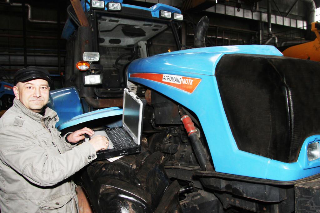 Разработчик МИКОНТ Андрей ЧЕРАНЕВ проводит диагностику систем автопилота АГРОМАШ 180ТК