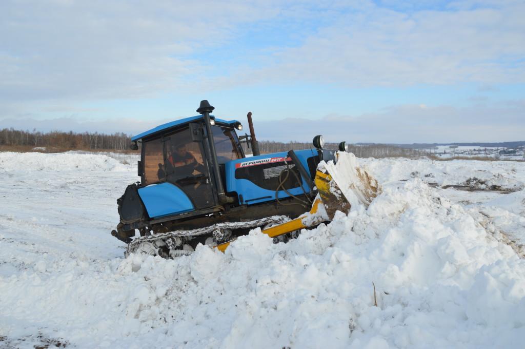 АГРОМАШ 90ТГ зимой чистит дороги, а с весны до осени работает на полях
