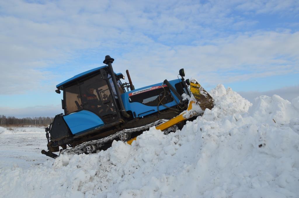 В Якутии трактора АГРОМАШ 90ТГ пробивают занесенные пургой зимники