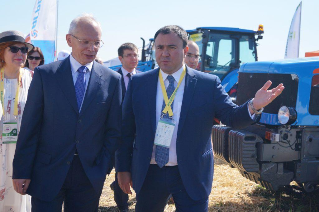 Премьер-министр Башкортостана и пахари из зарубежья ознакомились с новинками техники АГРОМАШ